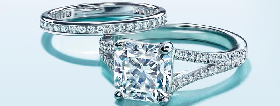 Zásnuby, snubní prsteny, organizace a plánování svatby.