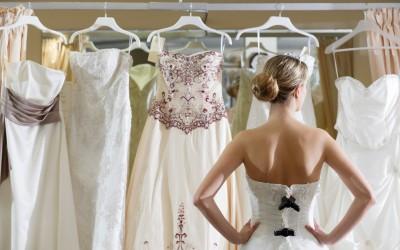 Svatební šaty – půjčit, koupit, nebo ušít?